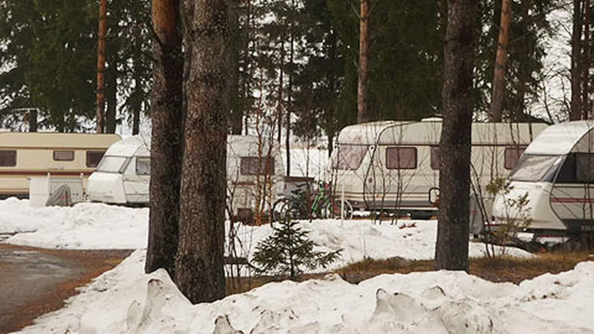 Kuvassa asuntovaunuja talvisella Sautinkarin leirintäalueella.