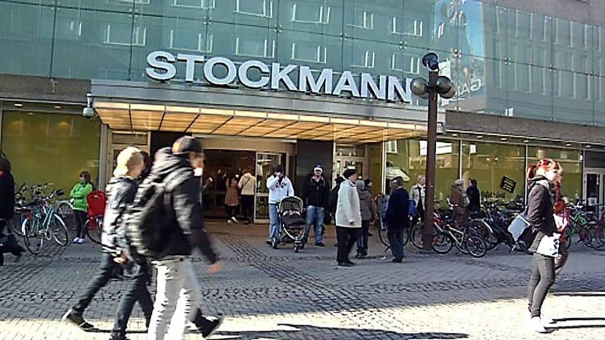 Ihmisiä Oulun Stockmannin sisäänkäynnin edustalla.