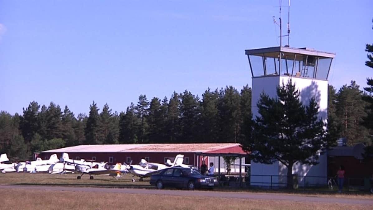 Räyskälän lentokenttä - lennonjohtotorni ja lentokoneita parkissa