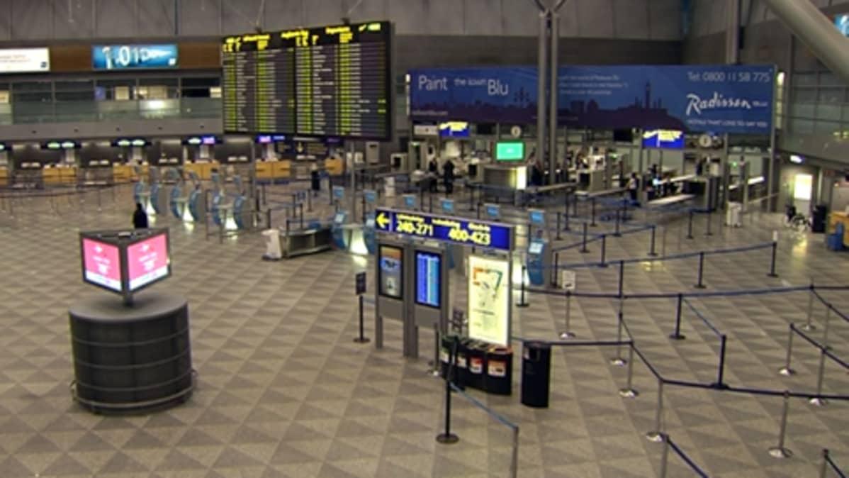 Tyhjä Helsingin lentoaseman terminaali.