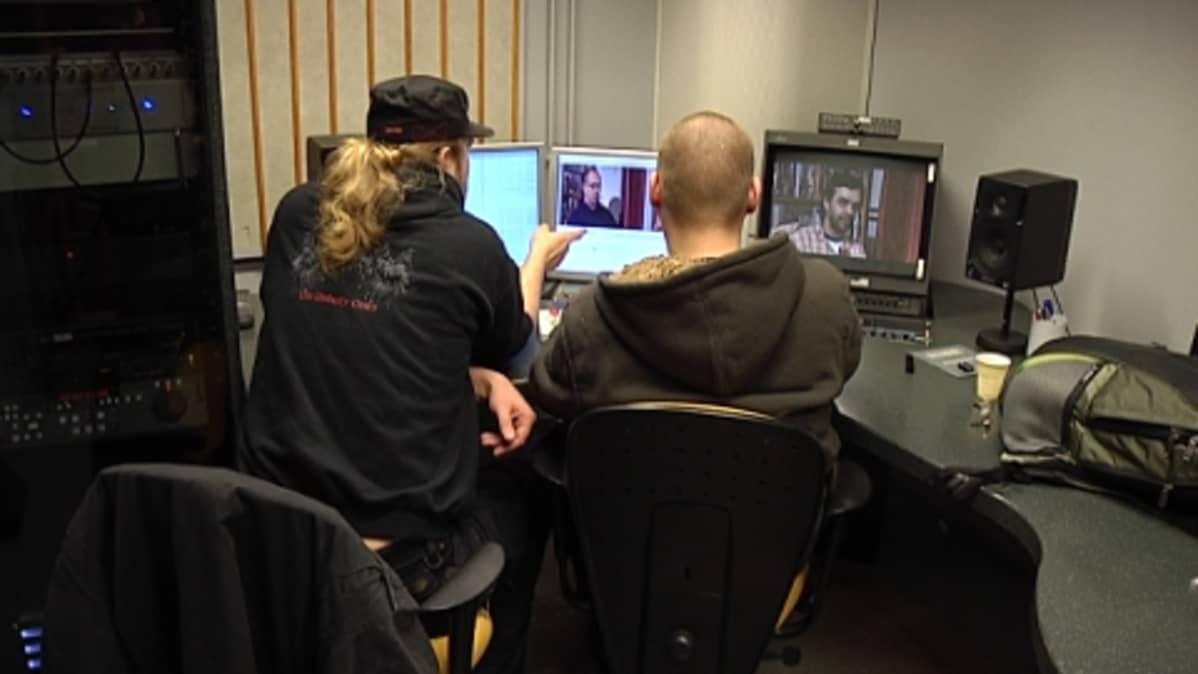 Kaksi opiskelijaa tietokoneiden ääressä.