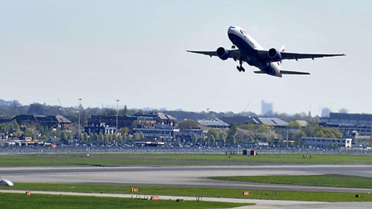 British Airwaysin kone nousee Heathrown kentältä
