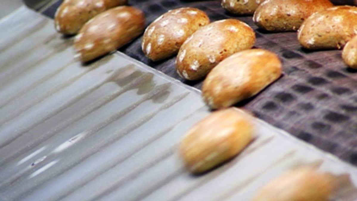 Leipiä liukuhihnalla Vantaan Fazerin leipomossa.