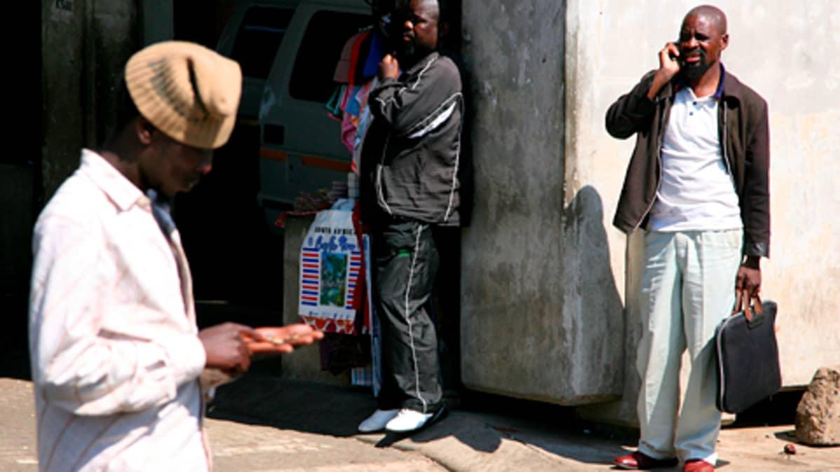 Näkymä kadulta Sowetossa Etelä-Afrikassa