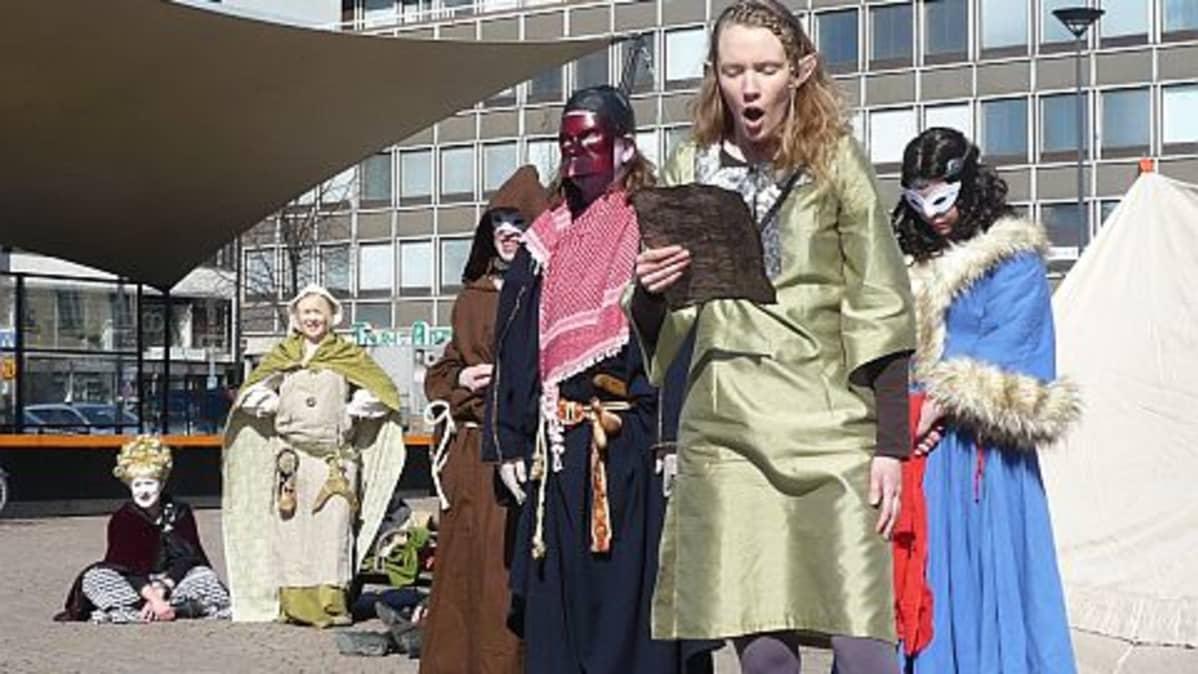 Nuoria näyttelijöitä Hämeenlinnan torilla
