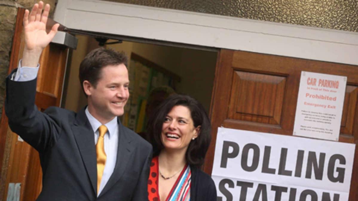 Britannian Liberaalidemokraattien Nick Clegg ja hänen vaimonsa Miriam Conzalez Durantez.