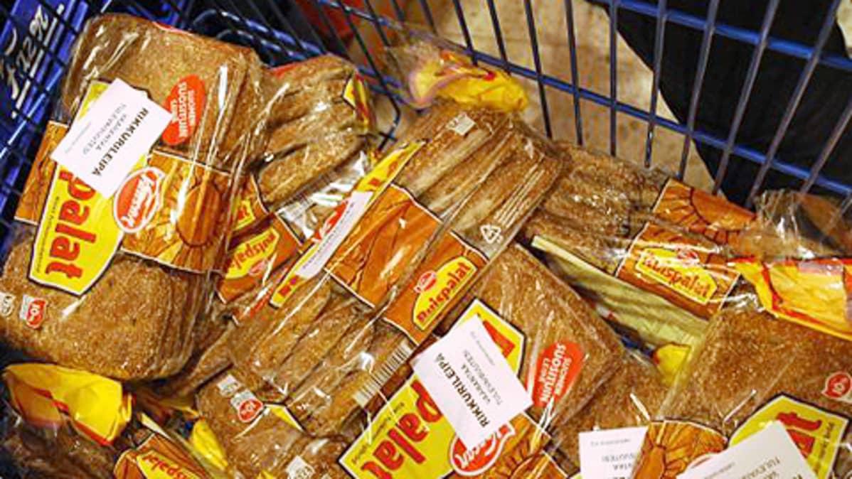 Aktivistiryhmä Vastavoiman kiinnittämiä rikkurileipä-tarroja leipäpaketeissa