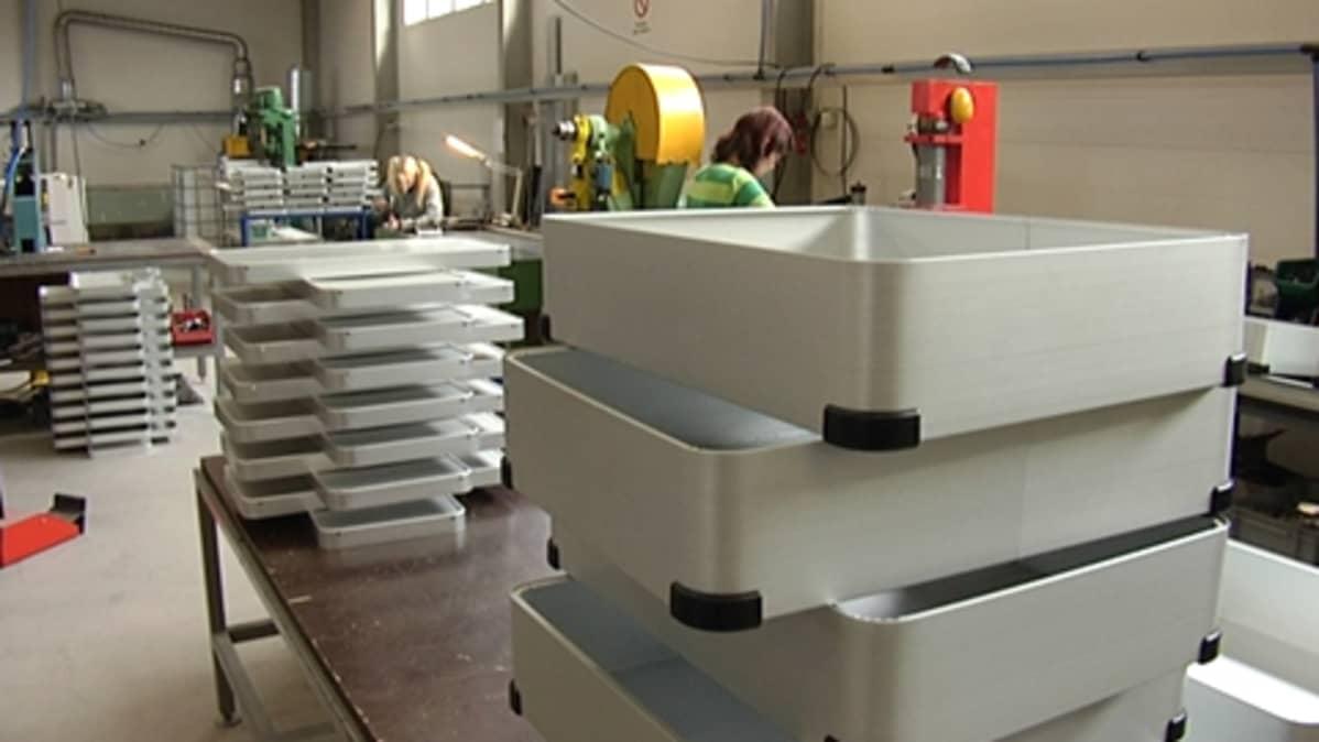 Ylöjärveläisessä Alpensi Oyssä tehdään SPR:n kuljetuslaatikoita.