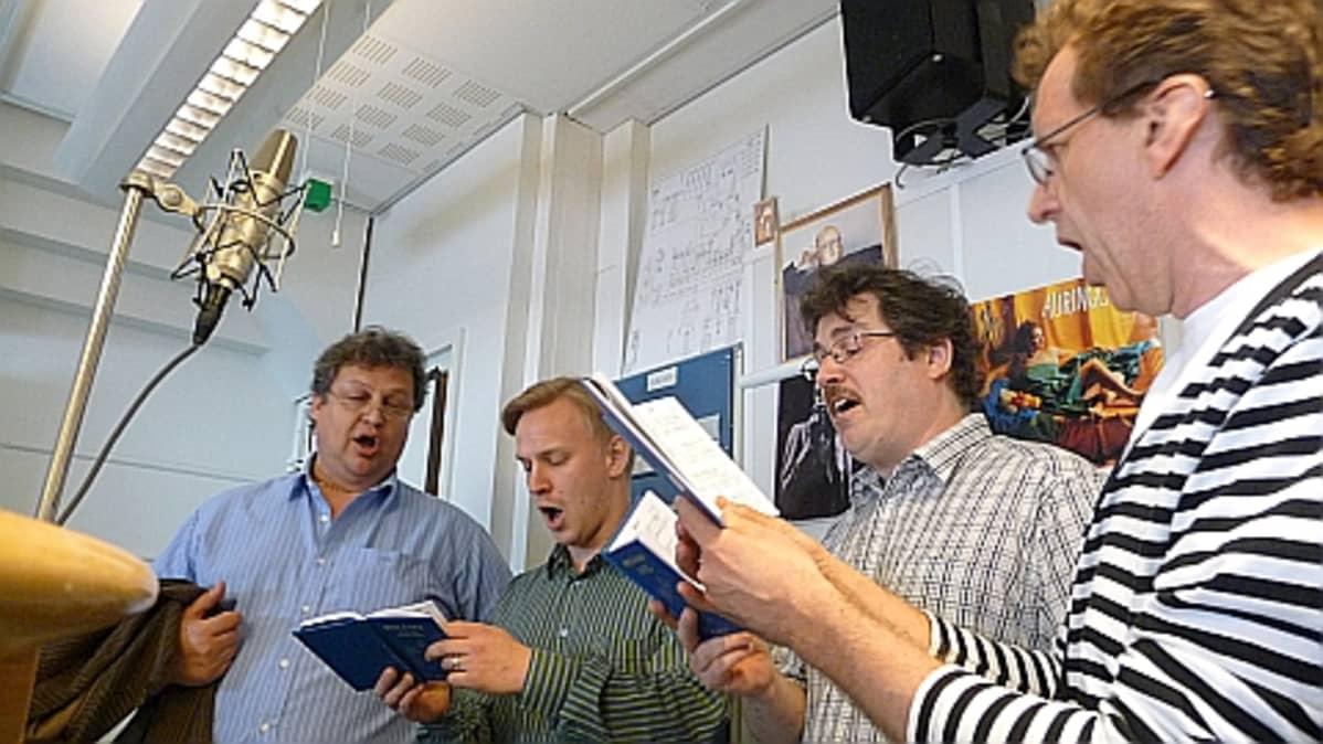Pekka Koskenkorva, Mikko Poutanen, Harri Keto ja Guido Ausmaa lauloivat näytteen Pöytälaulukirjasta Satakunnan Radion suorassa lähetyksessä.