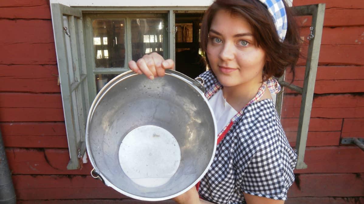 Maileena Tuokko esittelee vastalypsettyä maitoa.