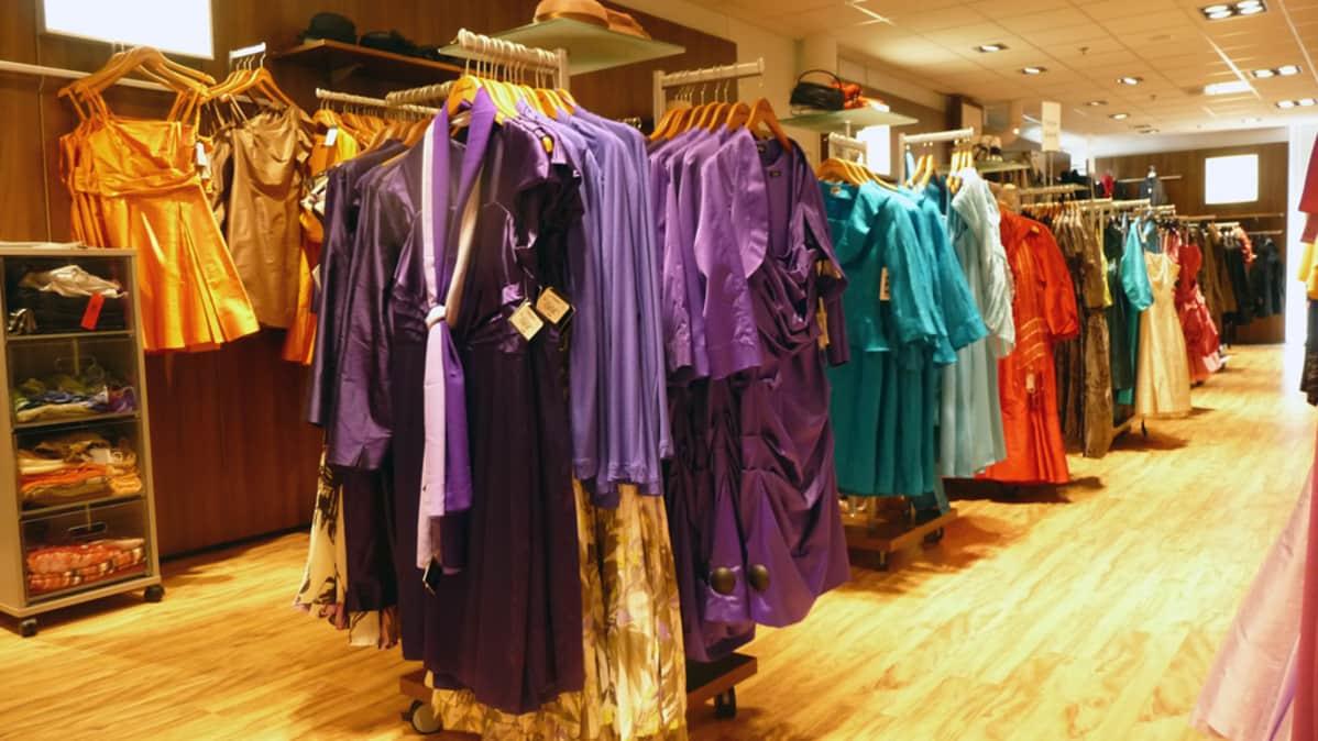 Naisen juhla-asu voi olla vaikka kokovalkea housupuku – Muodin asiantuntija vastaa: sukkahousut vai ei, millaiset alusasut ja asusteet
