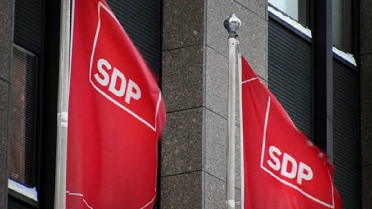 SDP:n punaiset liput liehuvat puoluetoimiston edustalla Helsingin Hakaniemessä.