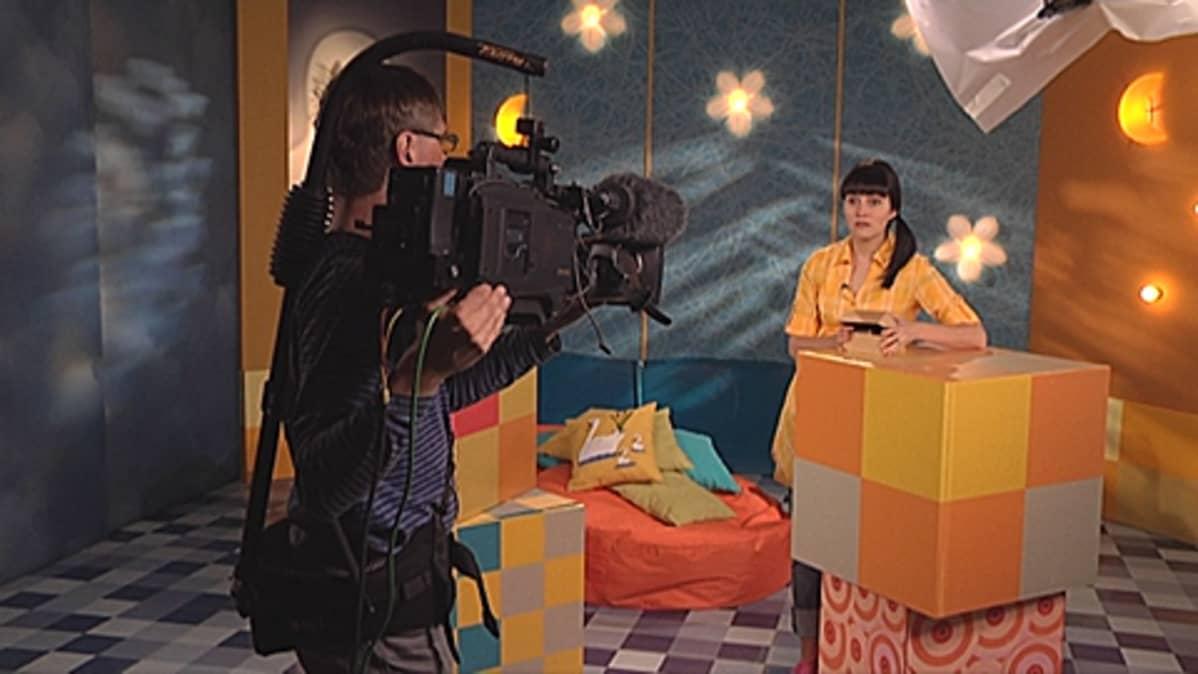 TV-kuvaaja ja juontaja Pikku Kakkosen studiossa.
