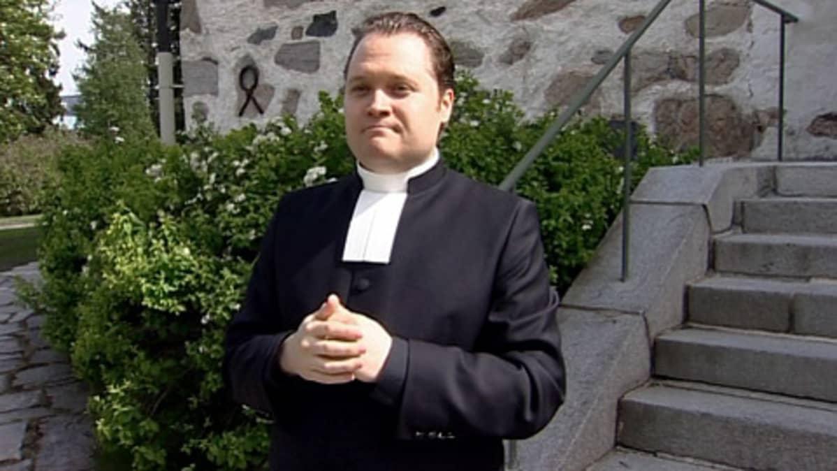 Pappi Janne Rissanen Kuopion Tuomiokirkon edustalla