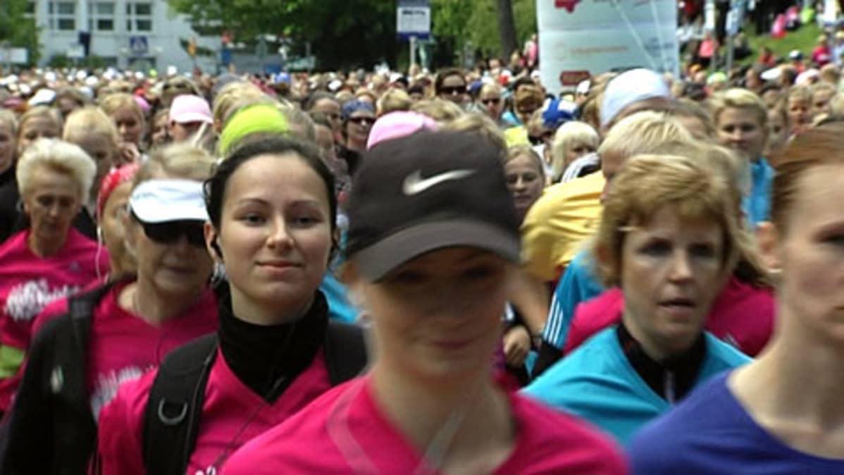 Naisten kympin osallistujia Helsingissä