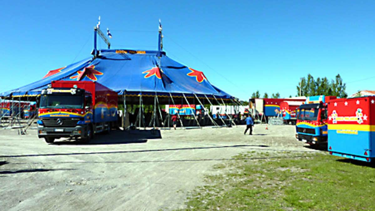 Sirkus Finlandia asettui Kemissä Pajarinrannan kentälle.