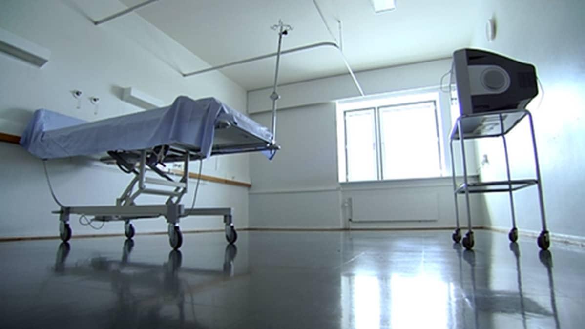 Sairaalan potilashuoneessa televisio ja tyhjä sairaalasänky.