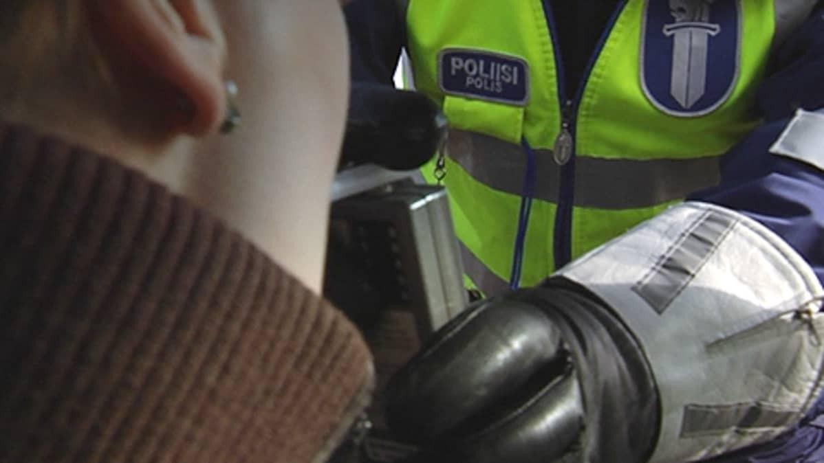 Poliisi puhalluttaa kuljettajaa
