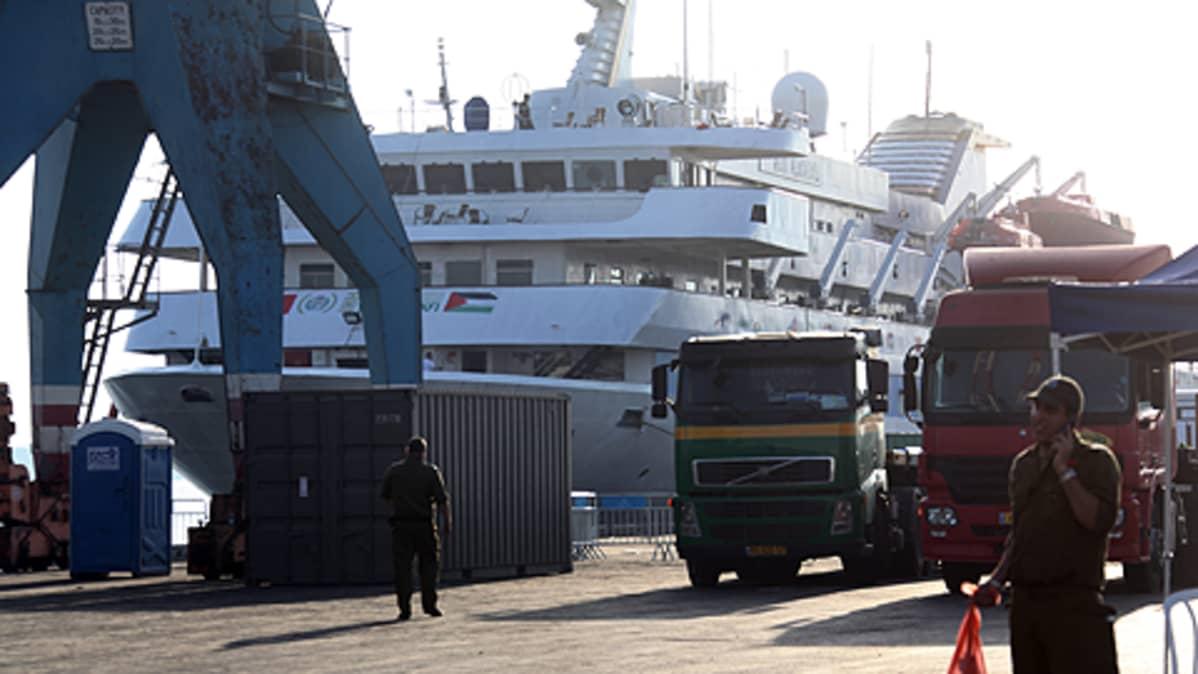 Ihmisiä laivan vierellä