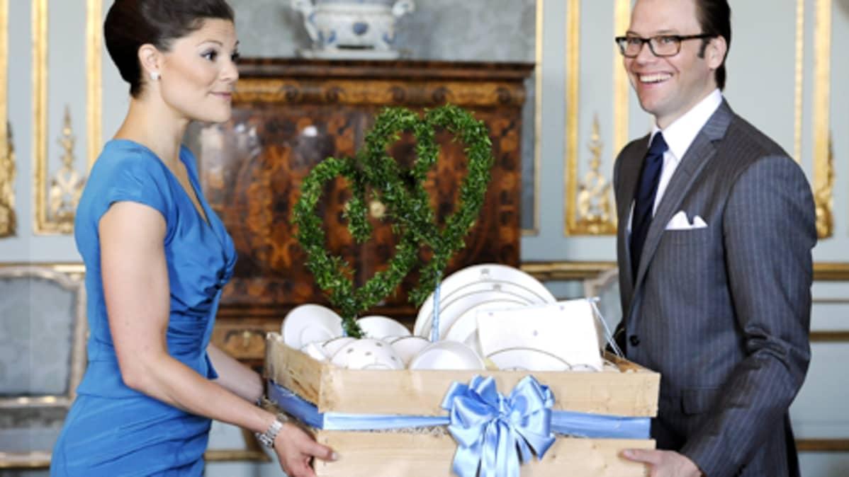 Victoria ja Daniel vastaanottavat häälahjojaan Tukholman kuninkaanlinnassa.