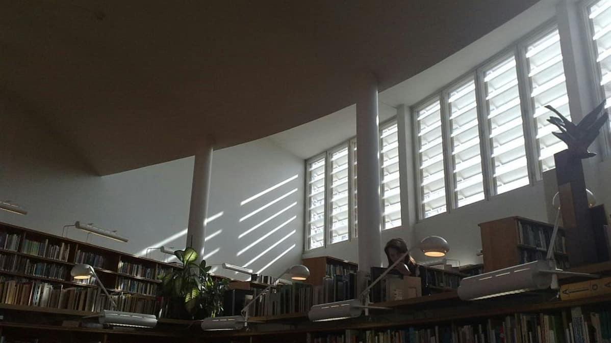 Valo siivilöityy kirjastoon.