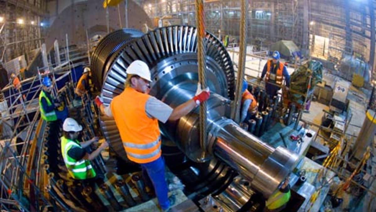 Olkiluodon kp-turbiinia nostetettiin paikoilleen syyskuussa 2008.