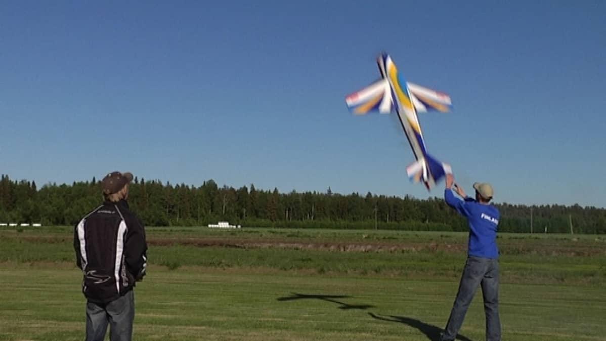 Lassi Nurila lennättää RC-lentokonetta Kälviällä.