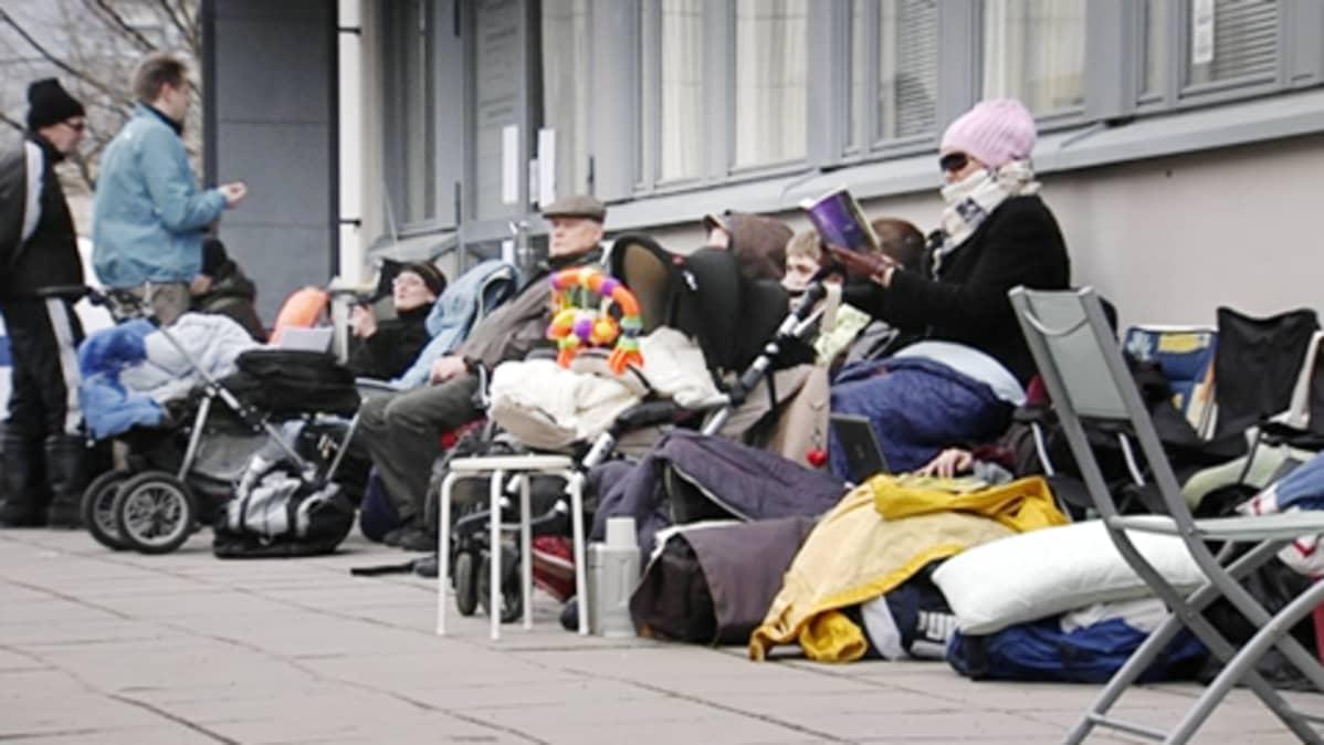 Ihmiset jonottavat Helsingin Asuntotuotantotoimiston edustalla Helsingin Itä-Pasilassa.