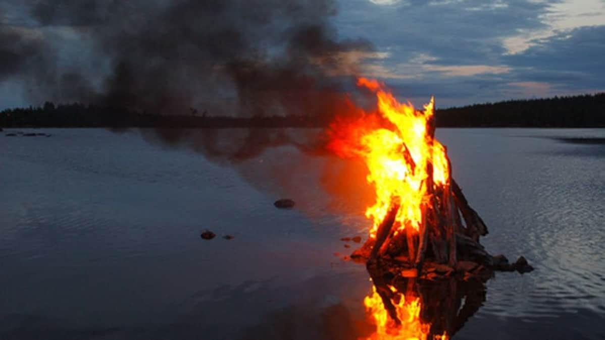 Juhannuskokko palaa vedessä