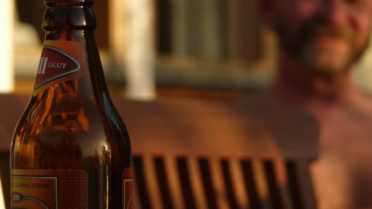 Olutpullo terassin pöydällä