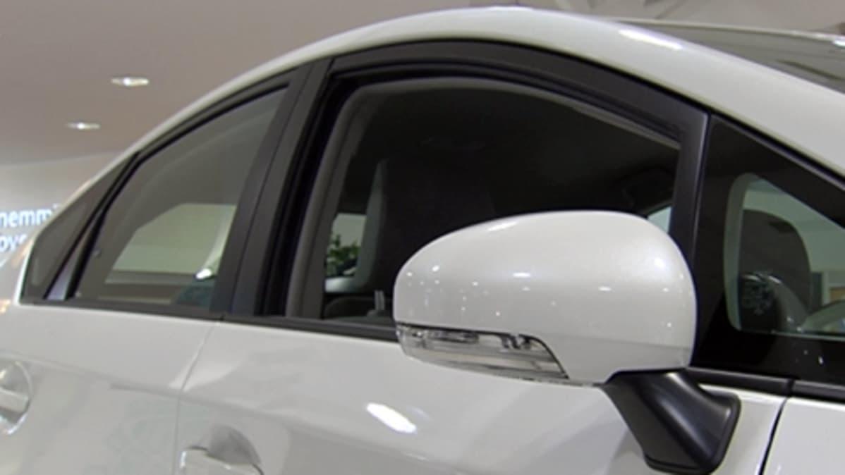 Valkoinen auto autoliikkeessä.