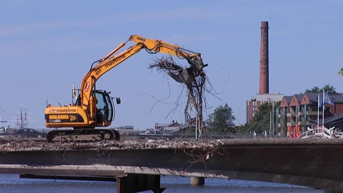 Myllysillan purkutyöt ovat edistyneet niin, että silta on jo käytännössä keskeltä poikki.