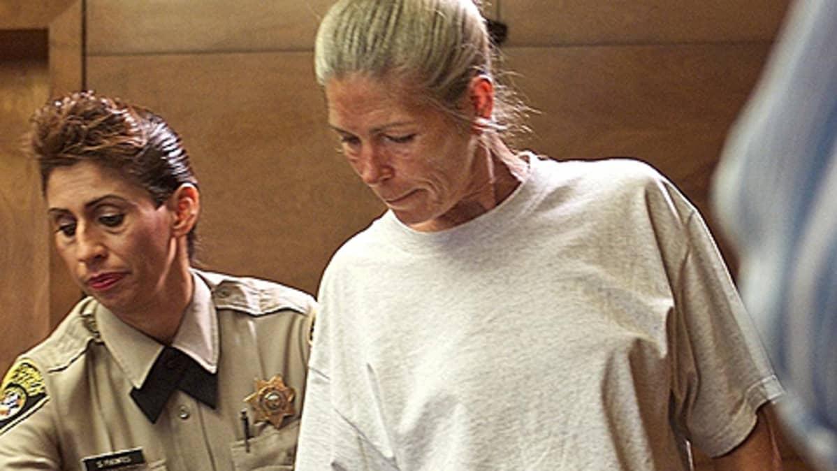 Vanki ja vanginvartija oikeussalissa