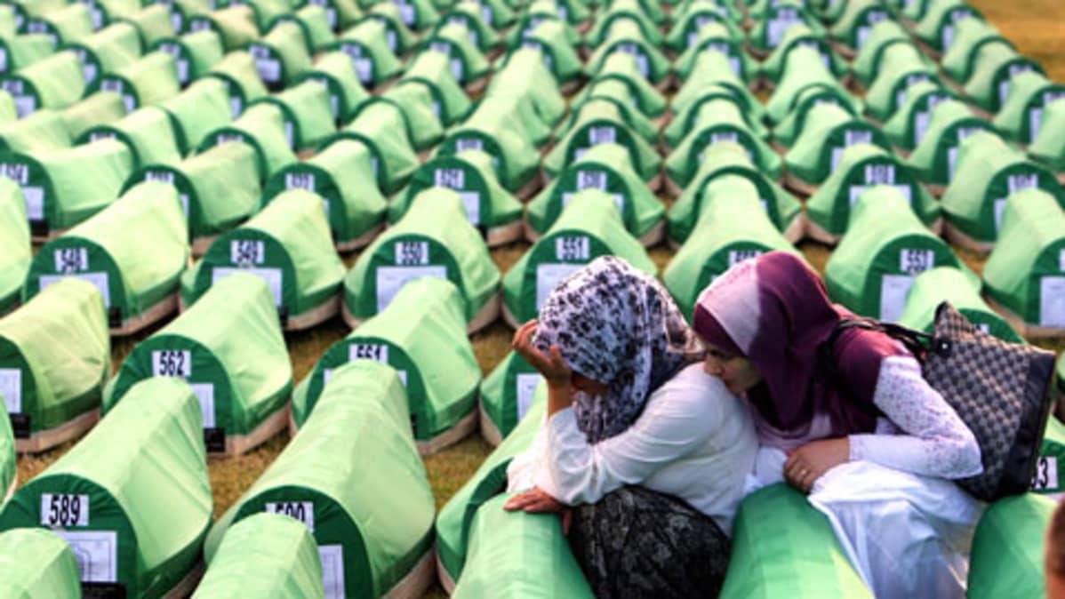 Surevia musliminaisia arkun vieressä
