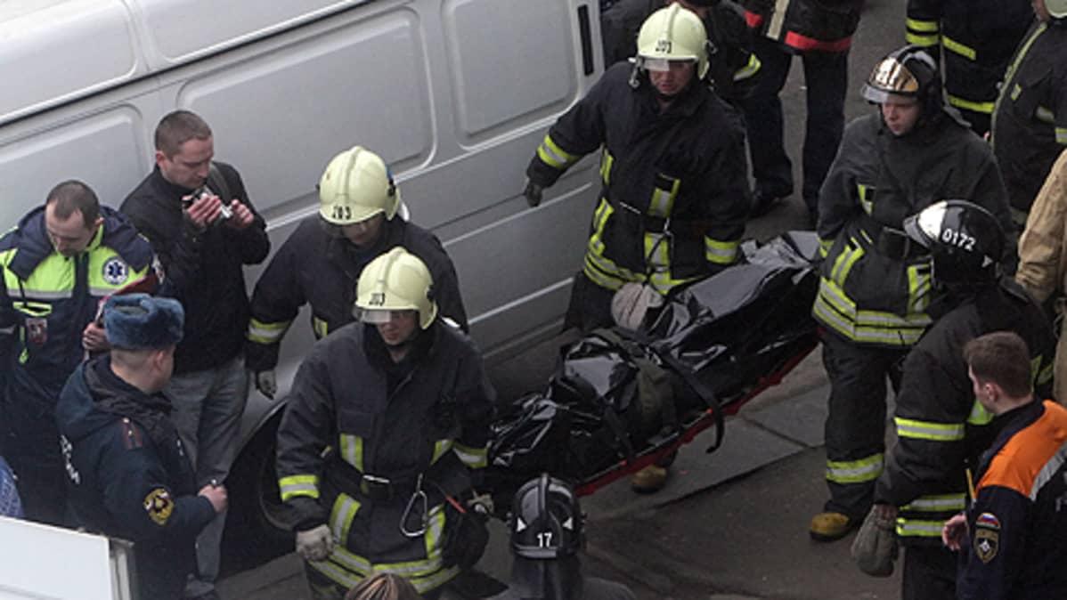 Palomiehet kantoivat pommi-iskun uhria Park Kulturin asemalla Moskovassa huhtikuussa.