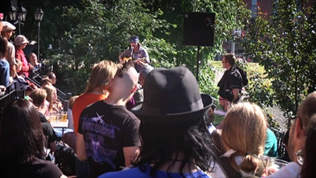 Kari Peitsamo yleisön keskellä.