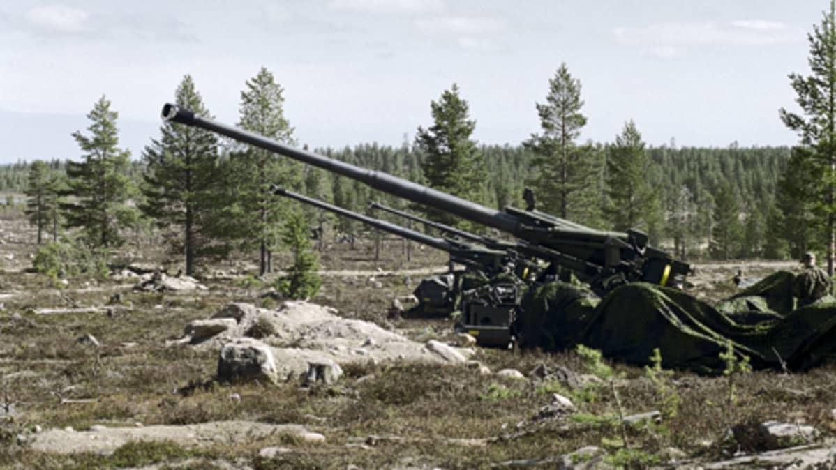 Patrian valmistamaa kenttäkanuunaa 155 K 98 testataan Suomessa.