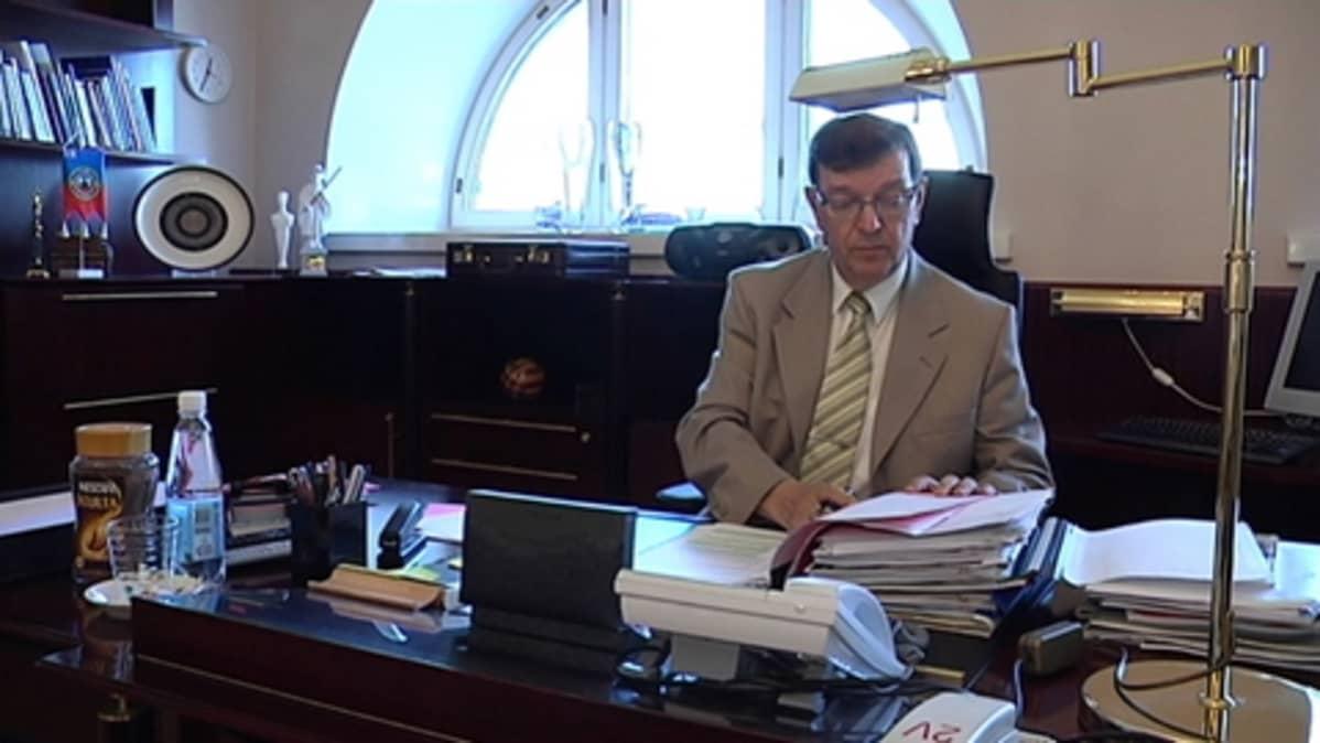 Ulkomaankauppa- ja kehitysministeri Paavo Väyrynen (kesk.) työhuoneessaan ulkoministeriössä.