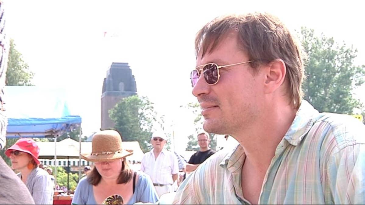 Pauli Hanhiniemi esiintyy Kolmannen Naisen kanssa Ilosaarirockin Sulo-klubilla.
