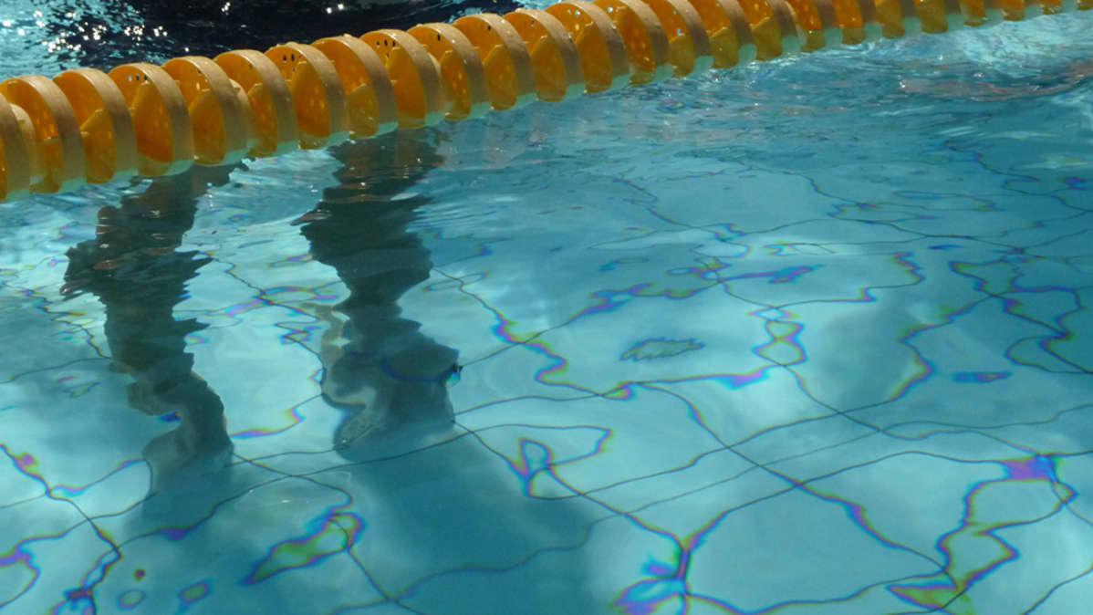 Kuvassa uimaradan köysi altaassa.
