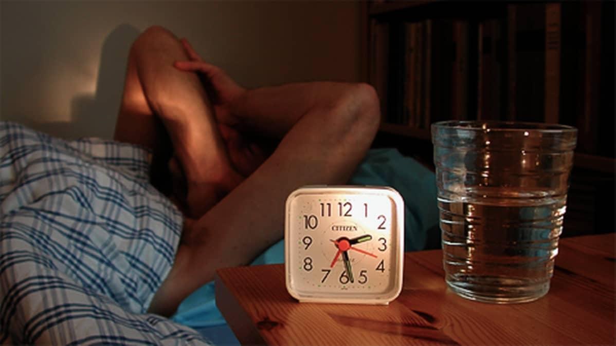 Mies makaa vuoteessa