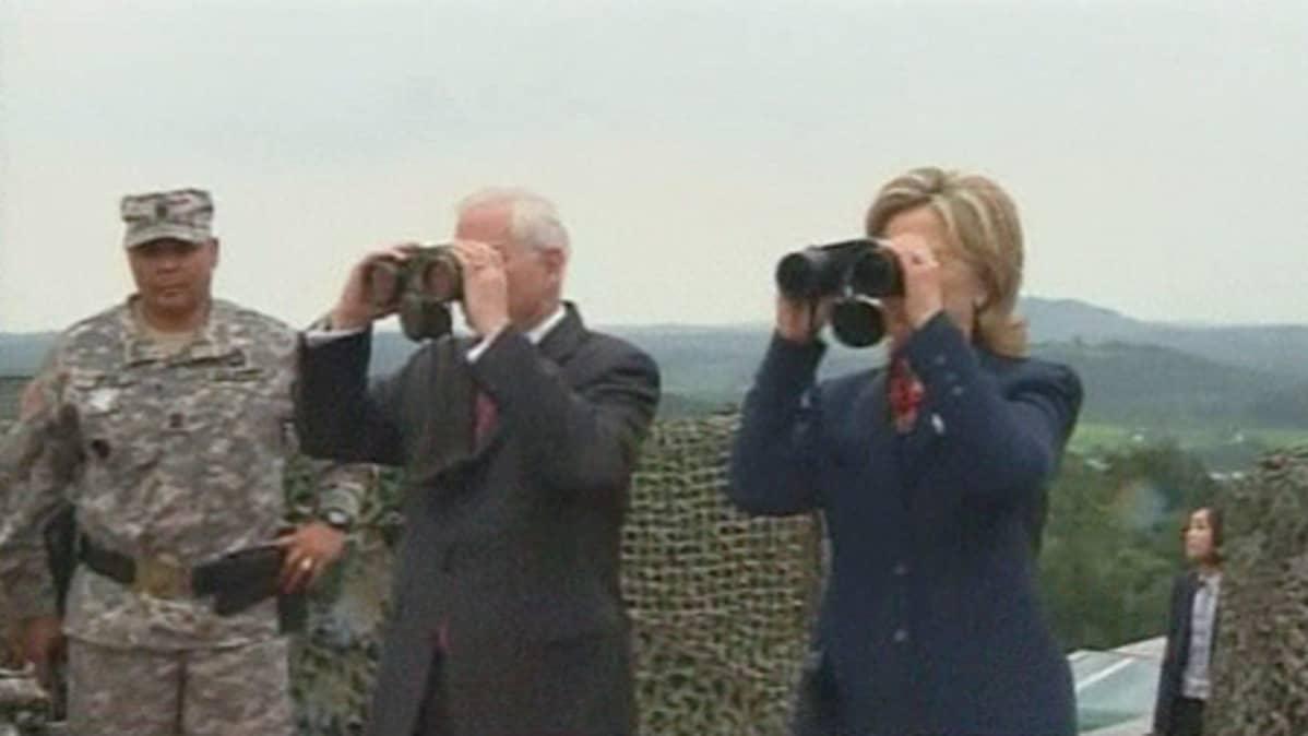 Yhdysvaltojen ulkoministeri Hillary Clinton ja puolustusministeri Robert Gates kiikaroivat Koreoiden väliselle rajalle.