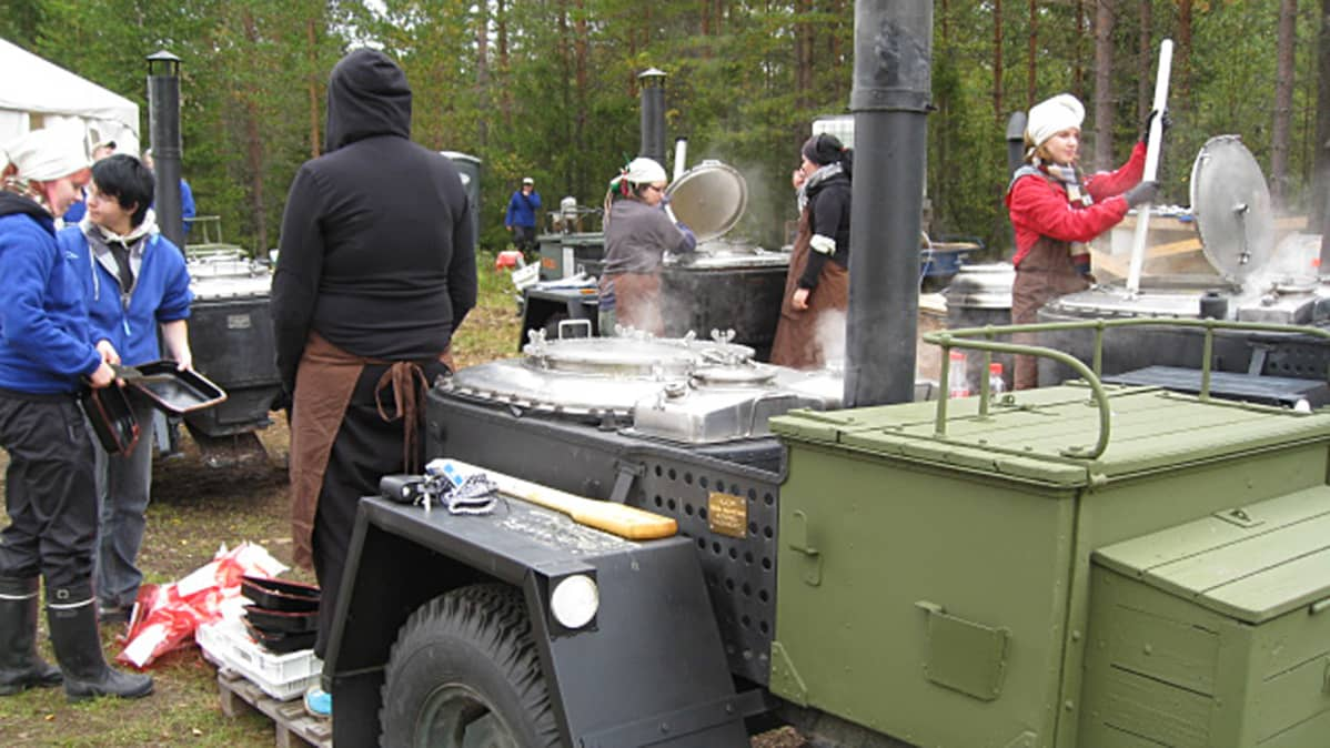 Partiolaiset keittävät ruokaa kenttäkeittiössä