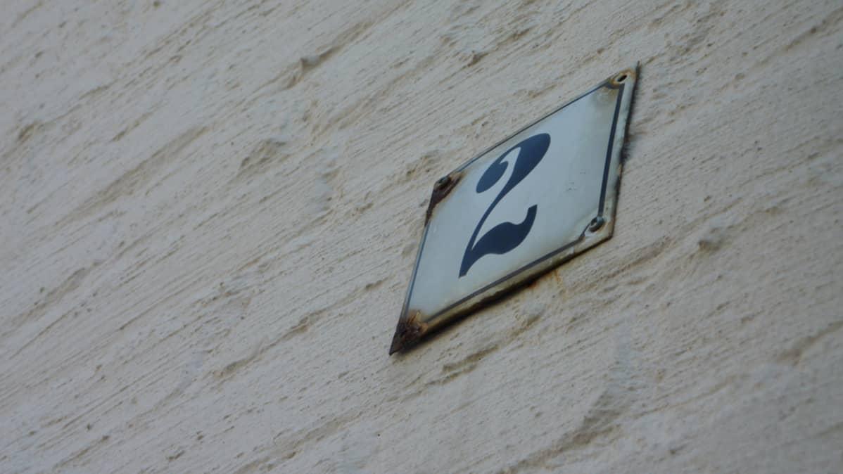 Talonumero Alvar Aallon Aira-talon seinässä.