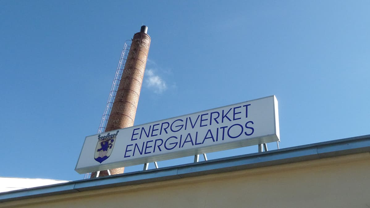 Pietarsaaren energialaitoksen kyltti ja piippu.