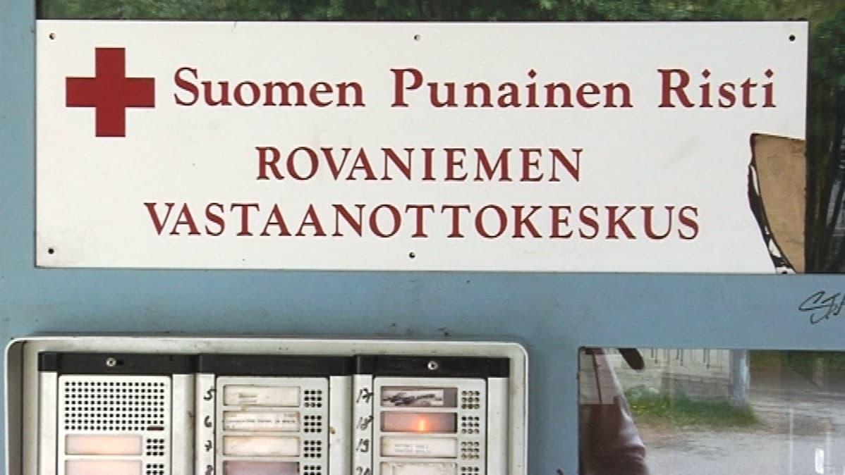 Rovaniemen vastaanottokeskuksen ovikyltti