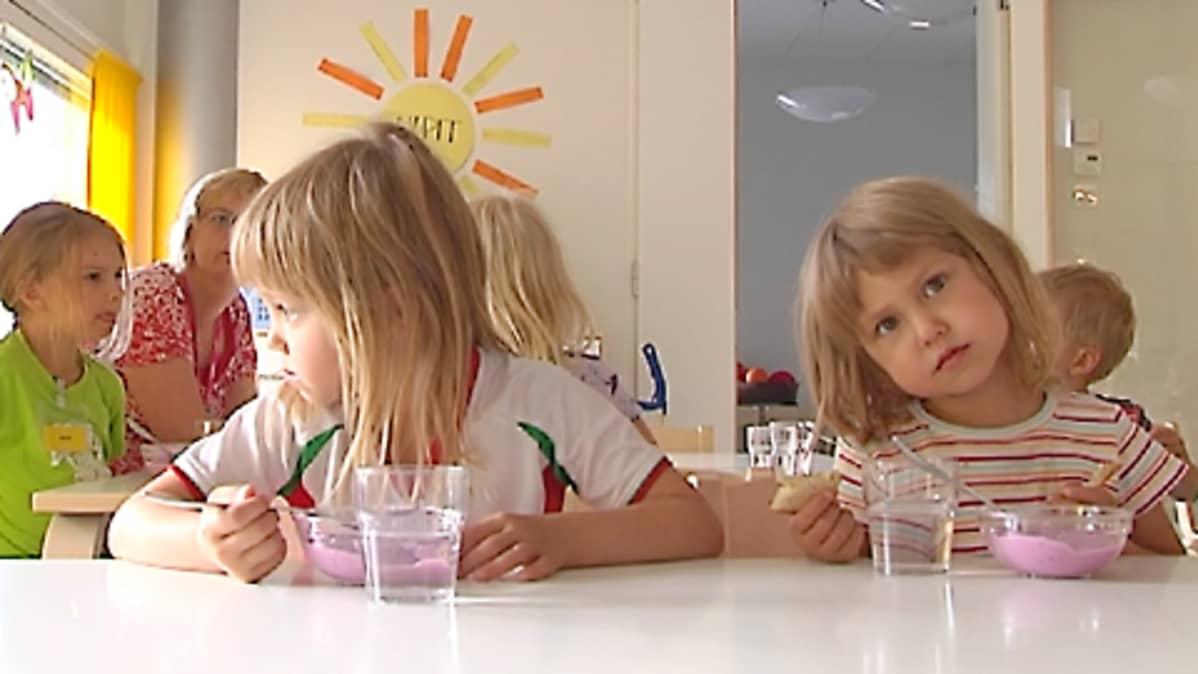 Lapsia ruokailemassa päiväkodissa