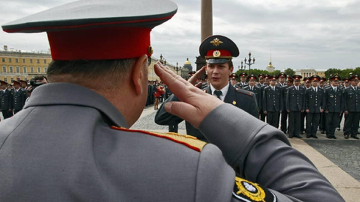 Pietarin Miliisiakatemiasta valmistuneet tervehtivät opinahjon päällikköä.