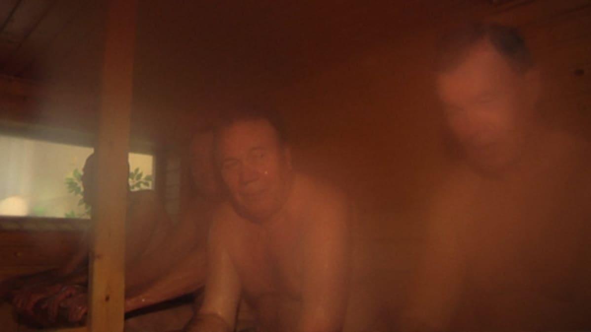 Miehiä saunan lauteella