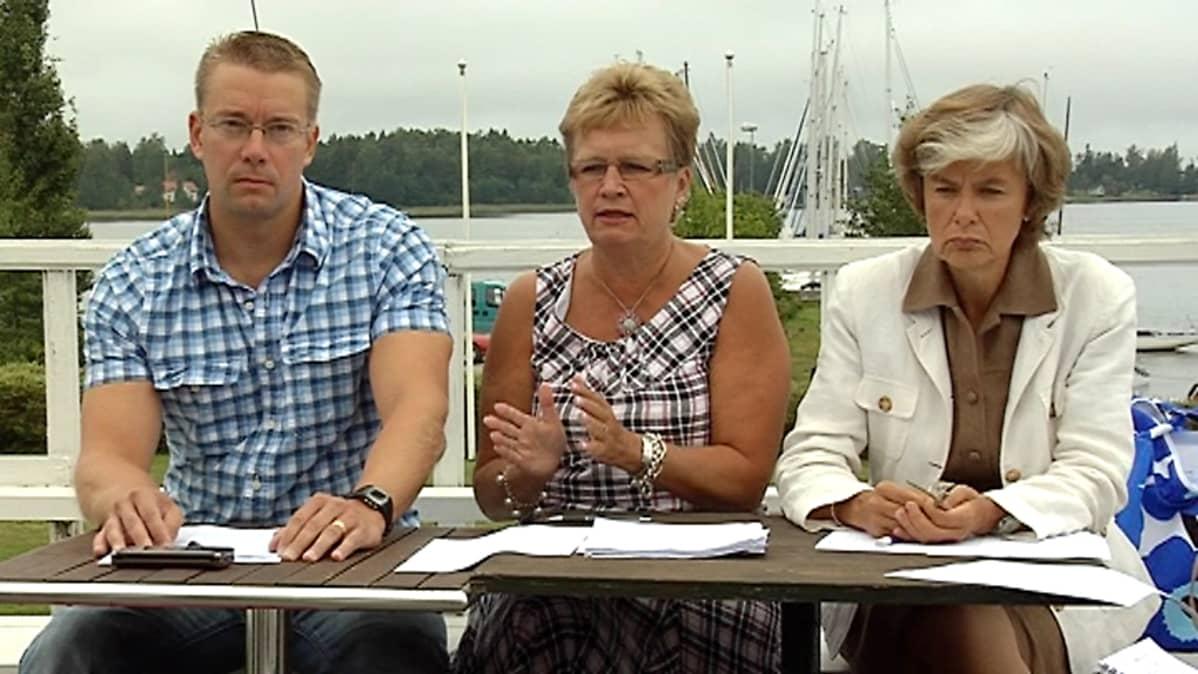 RKP:n puheenjohtaja Stefan Wallin, puolueen eduskuntaryhmän puheenjohtaja Ulla-Maj Wideroos sekä maahanmuutto- ja eurooppaministeri Astrid Thors kesäkokouksessa Pietarsaaressa.